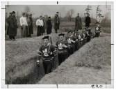 Des hockeyeurs des Maple Leaf de Toronto dans une tranchée au cours d'un entraînement militaire en 1939. (Photographe inconnu pour le studio Alexandra. Distribué par Star Newspaper Service et Times Wide World. The Rudolph P. Bratty Family Collection, Ryerson Image Centre.)
