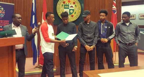 Des jeunes ont reçu des certificats de mérite.