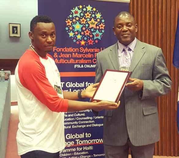 Amikley Fontaine, président de la Foudation Sylvenie Lindor, remet une plaque à Rony Désir (qui était conférencier au Forum), coordonateur de la Maison d'Haïti de Toronto.