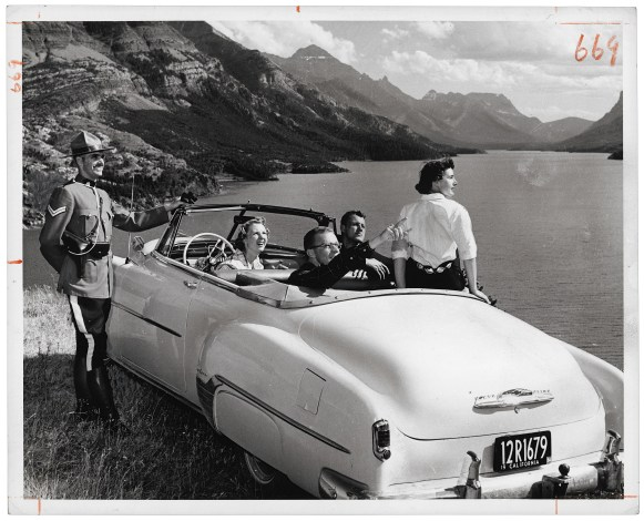 Le caporal W.W. MacLeod de la GRC fournit des directions à des touristes californiens au parc national Waterton Lakes, en Alberta, en 1958. (Photo: Gar Lunney, The Rudolph P. Bratty Family Collection, Ryerson Image Centre.)