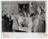 Des membres du Parlement entonnent le Ô Canada après le vote en faveur du nouveau drapeau canadien le 15 décembre 1964. (Photo: United Press International. The Rudolph P. Bratty Family Collection, Ryerson Image Centre.)
