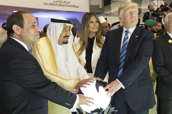 Le président Donald Trump et son épouse Melania avec le roi  Salman et le président égyptien Abdel Fattah Al Sisi. (Photo: Maison-Blanche)