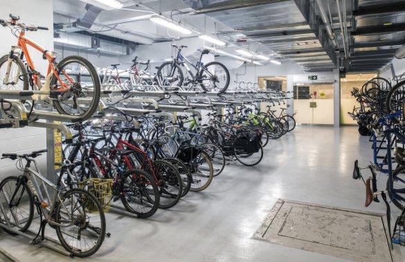 Une aire d'entreposage de vélos dans une gare de trains GO.