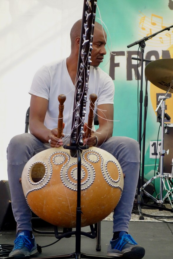 Le musicien de Seydina Ndiaye l'accompagne au kora, un instrument à cordes venant d'Afrique de l'Ouest