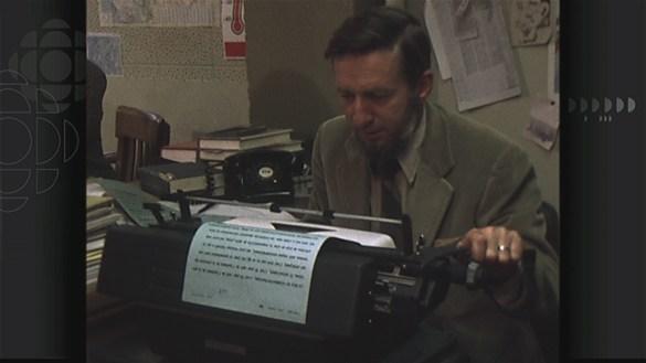 Le journaliste James Bamber dans la salle des Nouvelles de Radio-Canada à Vancouver en 1979.
