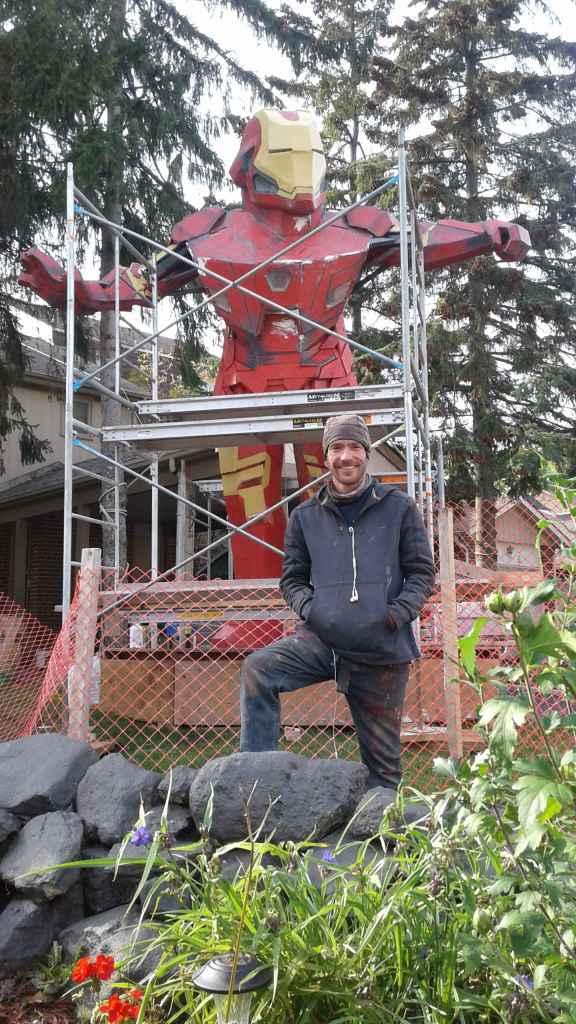 Nicholas Desjardins a construit de ses mains un géant Iron Man devant chez lui à Brampton. (Photo: Sandra Dorelas)