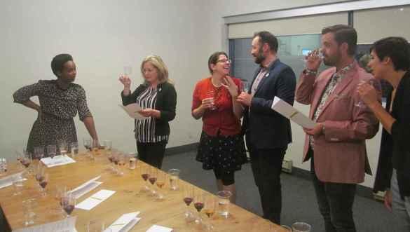 Aline Rudasingwa (à g.) et quelques-uns des participants à la dégustation de vins aux bureaux de La Cité à Toronto.