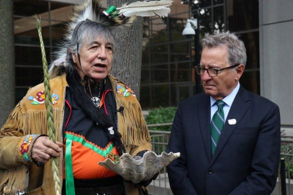 L'aîné Gary Sault de la Première Nation mississauga de New Credit, avec David Zimmer, le ministre ontarien des Relations avec les Autochtones et de la Réconciliation.
