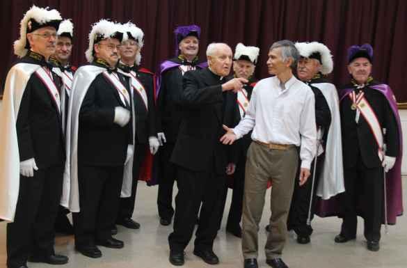 Le père Pierre Courtot avec le curé de la paroisse du Sacré-Coeur, le père Phong Phan, et des chevaliers de Colomb, dont le Grand chevalier Jean Guy Roussel (au centre).