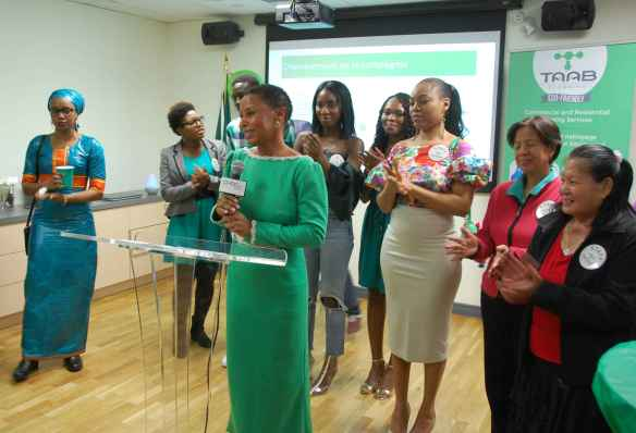 Assiatou Diallo et quelques membres de son personnel célébrant le 2e anniversaire de l'entreprise dans les locaux de La Passerelle I.D.E. le 16 novembre.
