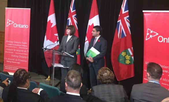 Les ministres Marie-France Lalonde et Yasir Naqvi en conférence de presse à Queen's Park jeudi matin.