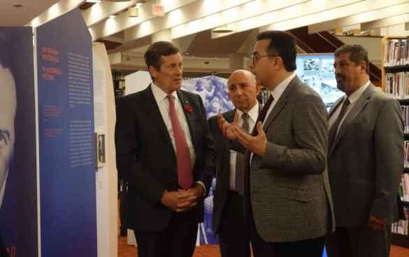Vatché Iskedjian présente l'exposition Les 40 jours de Musa Dagh au maire de Toronto John Tory le 1er novembre.