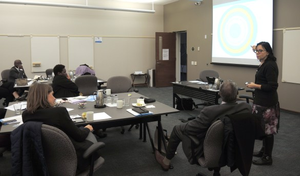 La consultante Louise Sauvé Dubois discute de changements démographiques au sein de la francophonie en Ontario (les cercles concentriques illustrant des paramètres interreliés).