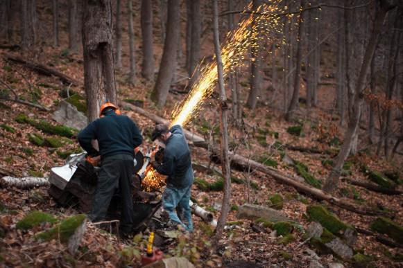 Les bénévoles doivent parfois découper les gros objets abandonnés en bordure des rivières pour mieux les transporter.