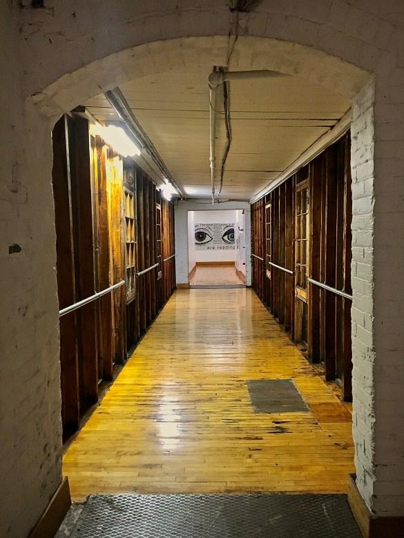 Un couloir du 401 rue Richmond Ouest