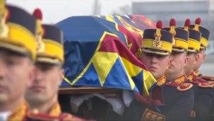 L'arrivée du cercueil du roi Michel à l'aéroport de Bucarest.