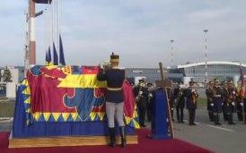 L'accueil officiel du cercueil du roi Michel à l'aéroport de Bucarest.