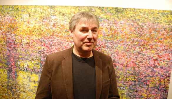 L'artiste Oliver Heinrich devant l'une de ses oeuvres.