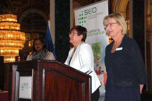 La présentatrice Carole Nkoa, de TFO, la directrice des communications et du marketing de la SÉO, Annick Schulz, et la présidente du Club canadien de Toronto, Monique Telmosse, partenaire de l'orgaisation de la soirée de lancement au Royal York.