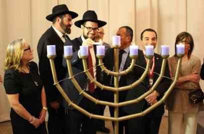 Allumage des bougies de la Menorah.