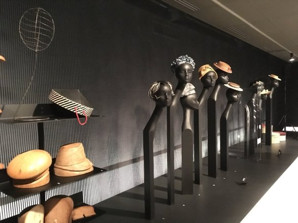 Bibis, cloches et escarpins