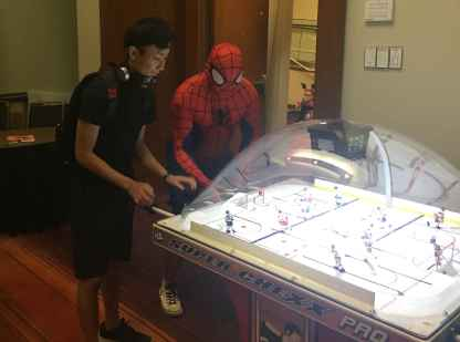 Spiderman en train de jouer au hockey sur table