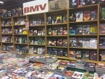 Stand de livres et mangas.