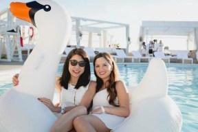 des participantes à une soirée blanche d'ApéroChic au Cabana Pool Bar.