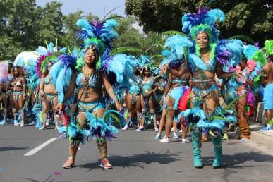Des danseuses pendant le défilé