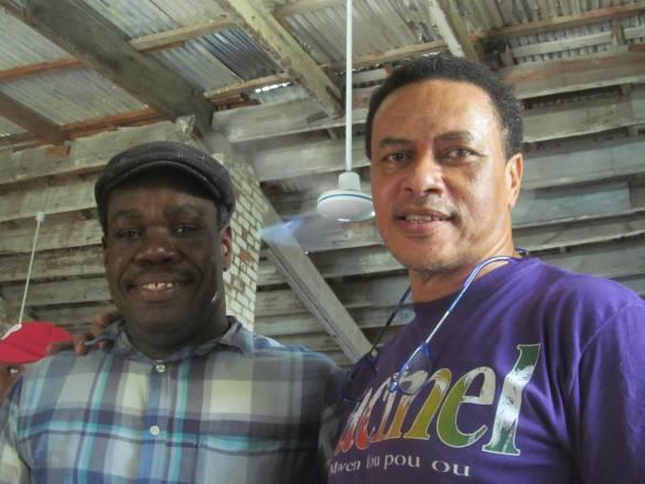 Paul Antoine Anscion, coordonnateur du Salon du Livre de Jacmel avec Rudolf Dérose, coordonnateur du Réseau national des promoteurs du tourisme solidaire. hôtel Florita
