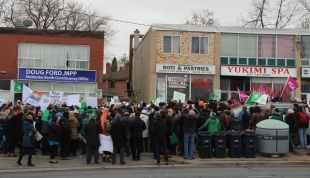 Plus de 400 personnes devant le bureau de comté de Doug Ford.