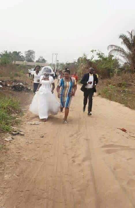 1[Photo] La mariée quitte la cérémonie de mariage après avoir fait une découverte sur son homme