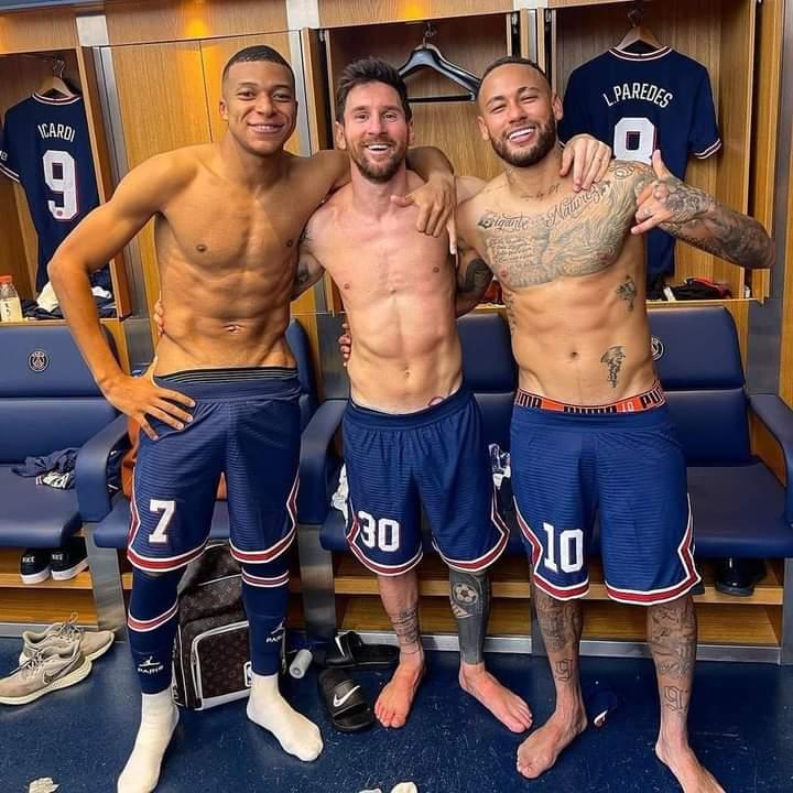 Messi-Neymar-Mbappé : quand le p€nis de l'un d'entre eux se dessine à travers sa culotte ; la toile sous le choc (photo)