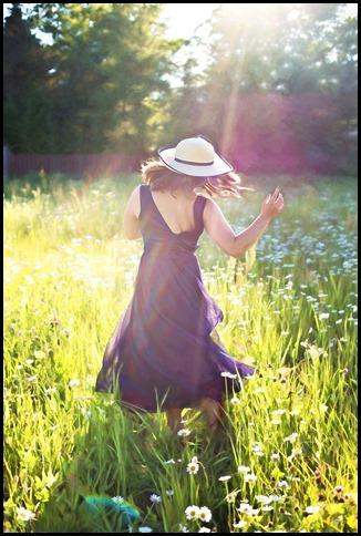 plaisir  joie nature champ pied nus Bonheur et Énergie