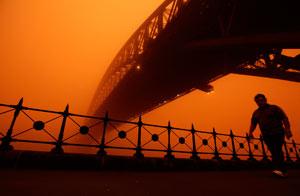 Un peatón pasa bajo el puente de Sidney/Reuters