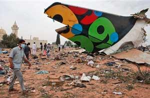 Personas caminan entre restos del avión estrellado en Trípoli/AP