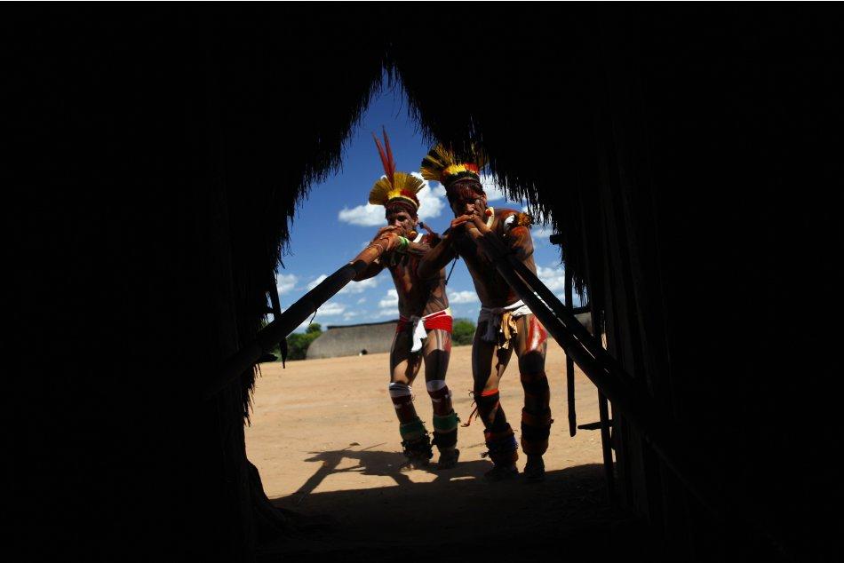 Yawalapiti men play the urua…