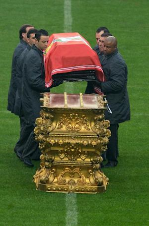 Officials display the coffin of Benfica football legend…