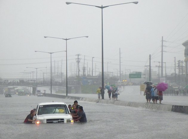 Motorists and passengers are trapped in the North Luzon Expressway (NLEX) as heavy rains continue in Valenzuela City, Metro Manila August 7, 2012.