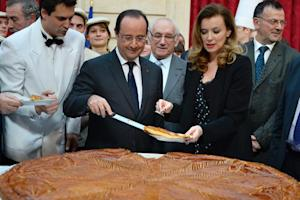 French President Francois Hollande (C) and his companion…