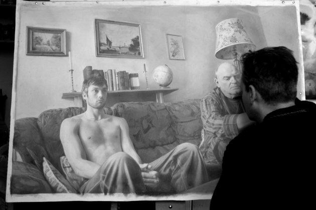 Seniman Paul Cadden mengerjakan satu gambar. Seniman ini bisa menciptakan gambar-gambar dari pensil yang tampak seperti foto hitam putih. (Paul Cadden / Solent News / Rex Features)