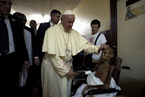 Pope Francis visits a pediatric hospital in Bangui…