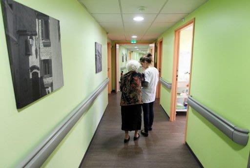 Une place en maison de retraite revient en moyenne à 1.857 euros par mois au résident, soit 61 euros par jour, mais les prix varient en fonction de la situation géographique de l'établissement, souligne une étude du cabinet d'audit KPMG publiée jeudi