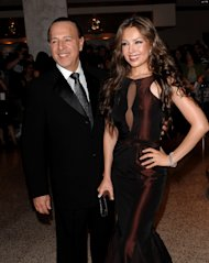 "El magnate musical Tommy Mottola y su esposa, la estrella mexicana Thalía, asisten a la cena de corresponsales de la Casa Blanca en Washington el 9 de mayo del 2009. Una década después de dejar la presidencia de Sony Music Entertainment, Mottola relata su historia en el libro ""Hitmaker: The Man and His Music"". (AP Foto/Evan Agostini, Archivo)"