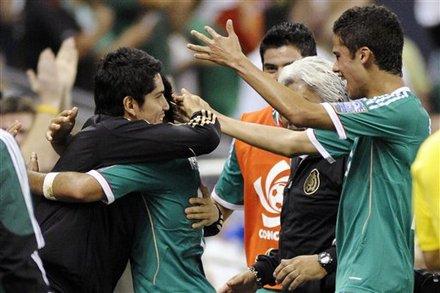 Los jugadores mexicanos abrazan a Cabrera
