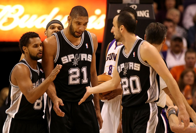 Tim Duncan, Manu e o estreante Patrick Mills comemoram mais um ponto|Foto: The Associated Press|