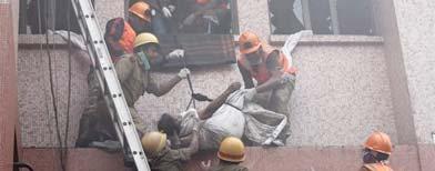 rabajadores de los equipos de rescate evacúan el cuerpo sin vida de una paciente del hospital de AMRI en Calcuta (India) ayer, jueves, 8 de diciembre de 2011. Al menos sesenta personas han muerto y otro centenar han resultado heridas en el incendio que se declaró por causas desconocidas en el hospital de AMRI, localizado en el barrio de Dhakuria, en el sur de la ciudad, al que se han desplazado cientos de familiares y amigos de los ingresados para conocer la suerte de sus seres queridos. EFE/Piyal Adhikary