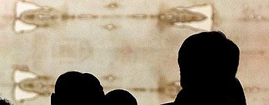 El público se congrega frente al Santo Sudario durante la Exposición Solemne del Santo Sudario, el 10 de abril de 2010, en Turín, Italia. La reliquia fue mostrada en la Catedral de Turín del 10 de abril al 23 de mayo, y fue visitada por el Papa Benedicto XVI el 2 de mayo de 2010. Desde el Año Jubilar de 2000, el Sudario no se exhibía públicamente. (Vittorio Zunino Celotto/Getty Images)