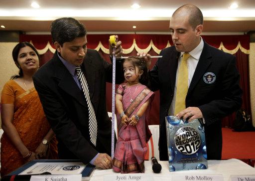 Jyoti Amge, de India y de 18 años de edad, es la mujer más pequeña del mundo con una estatura de 62,8 centímetros (24,7 pulgadas), según el libro Guinness de Marcas Mundiales. En la imagen, el representante de Guinness, Rob Molloy, a la derecha, y el doctor Manoj Pahukar, del hospital Wockhardt, miden a Amge, en una conferencia de prensa en Nagpur, India el viernes 16 de diciembre de 2011. (AP foto/Manish Swarup)