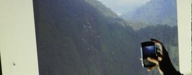 Mengambil foto lokasi jatuhnya Sukhoi (Foto: Antara/Widodo S Jusuf)